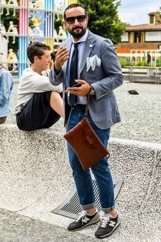 Comment porter un blazer gris: Choisis un blazer gris et un jean bleu pour prendre un verre après le travail. Si tu veux éviter un look trop formel, fais d'une paire de des baskets basses en daim noires et blanches ton choix de souliers.