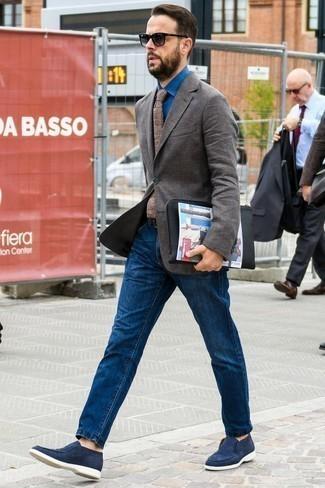 Comment porter une pochette en cuir noire: Essaie d'associer un blazer marron foncé avec une pochette en cuir noire pour un look idéal le week-end. Jouez la carte classique pour les chaussures et assortis cette tenue avec une paire de des slippers en daim bleu marine.