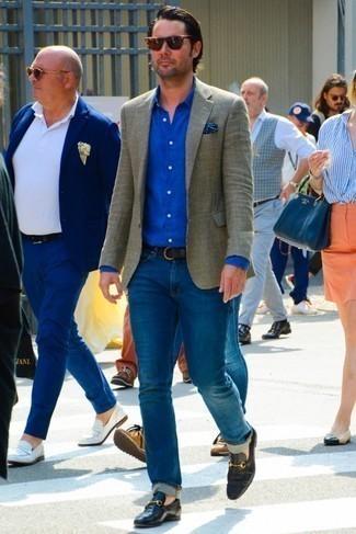 Comment porter une ceinture en cuir marron foncé: Pense à marier un blazer en laine en vichy olive avec une ceinture en cuir marron foncé pour une tenue relax mais stylée. Jouez la carte classique pour les chaussures et opte pour une paire de des slippers en cuir noirs.