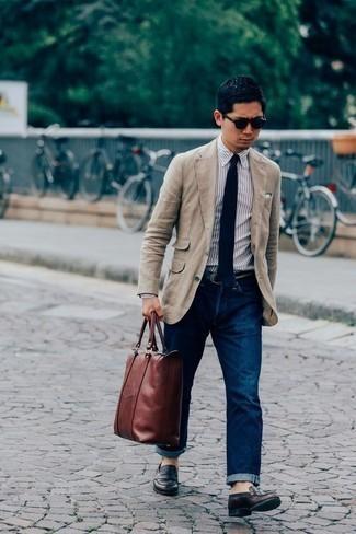 Comment porter un blazer en lin beige: Associe un blazer en lin beige avec un jean bleu marine pour achever un look habillé mais pas trop. Jouez la carte classique pour les chaussures et assortis cette tenue avec une paire de des slippers en cuir marron foncé.