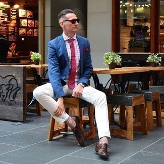 Comment porter un blazer bleu: Associe un blazer bleu avec un jean blanc pour un look idéal au travail. Fais d'une paire de des chaussures derby en cuir marron foncé ton choix de souliers pour afficher ton expertise vestimentaire.