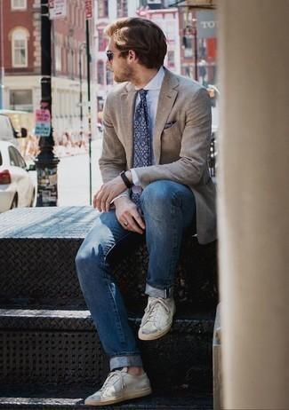 Comment porter une pochette de costume imprimée bleu marine: Harmonise un blazer marron clair avec une pochette de costume imprimée bleu marine pour une tenue idéale le week-end. Choisis une paire de des baskets basses en cuir blanches pour afficher ton expertise vestimentaire.