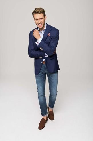 Comment s'habiller à 30 ans: Porte un blazer bleu marine et un jean bleu si tu recherches un look stylé et soigné. Fais d'une paire de des slippers en daim marron ton choix de souliers pour afficher ton expertise vestimentaire.