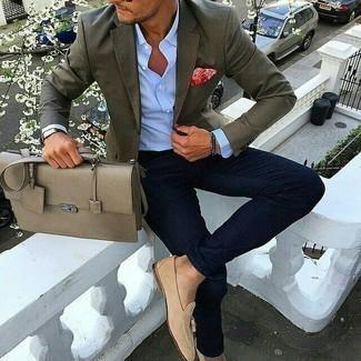 Une chemise de ville à porter avec un jean bleu marine: Associe une chemise de ville avec un jean bleu marine si tu recherches un look stylé et soigné. Une paire de des mocassins à pampilles en daim beiges ajoutera de l'élégance à un look simple.