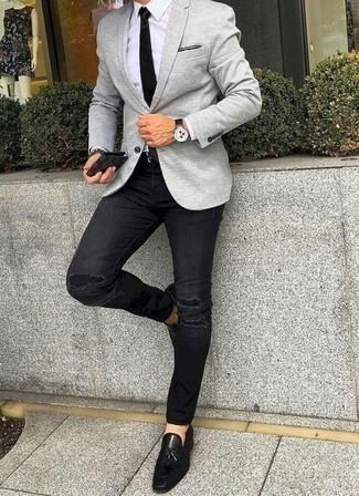 Comment porter des mocassins à pampilles en cuir noirs pour un style chic decontractés: Opte pour un blazer gris avec un jean déchiré noir pour une tenue confortable aussi composée avec goût. Ajoute une paire de des mocassins à pampilles en cuir noirs à ton look pour une amélioration instantanée de ton style.