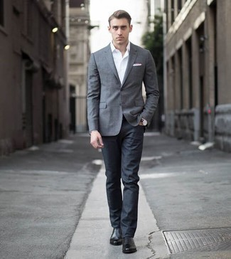 Une chemise de ville à porter avec un jean bleu marine: Marie une chemise de ville avec un jean bleu marine pour créer un look chic et décontracté. Une paire de des chaussures richelieu en cuir noires est une façon simple d'améliorer ton look.