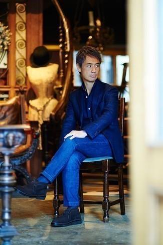 Comment s'habiller après 40 ans: Essaie d'harmoniser un blazer bleu marine avec un jean bleu pour prendre un verre après le travail. Complète ce look avec une paire de des bottines chukka en daim bleu marine.