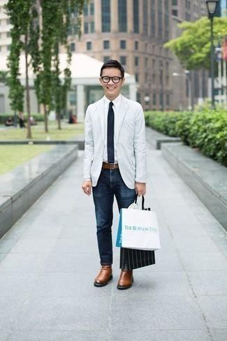 Une chemise de ville à porter avec un jean bleu marine: Pense à porter une chemise de ville et un jean bleu marine pour prendre un verre après le travail. Transforme-toi en bête de mode et fais d'une paire de des bottines chelsea en cuir marron ton choix de souliers.