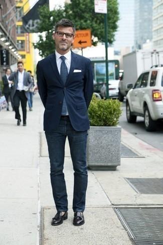 Comment porter des mocassins à pampilles en cuir noirs pour un style chic decontractés: Marie un blazer bleu marine avec un jean bleu marine si tu recherches un look stylé et soigné. Jouez la carte classique pour les chaussures et choisis une paire de des mocassins à pampilles en cuir noirs.