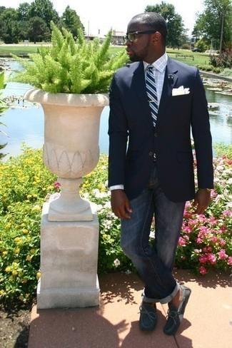 Comment porter une cravate à rayures horizontales bleu marine: Harmonise un blazer bleu marine avec une cravate à rayures horizontales bleu marine pour une silhouette classique et raffinée. Décoince cette tenue avec une paire de des mocassins en daim gris.