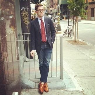 Comment porter un blazer: Marie un blazer avec un jean bleu marine pour achever un look habillé mais pas trop. Jouez la carte classique pour les chaussures et fais d'une paire de des double monks en cuir tabac ton choix de souliers.