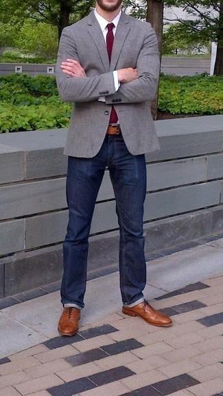 Comment porter des chaussures richelieu en cuir tabac: Harmonise un blazer gris avec un jean bleu marine pour créer un look chic et décontracté. Transforme-toi en bête de mode et fais d'une paire de des chaussures richelieu en cuir tabac ton choix de souliers.