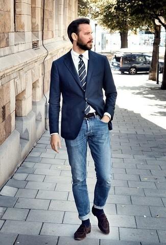 Comment porter des chaussettes bleu marine: Essaie d'associer un blazer bleu marine avec des chaussettes bleu marine pour un look confortable et décontracté. Rehausse cet ensemble avec une paire de des slippers en daim marron foncé.