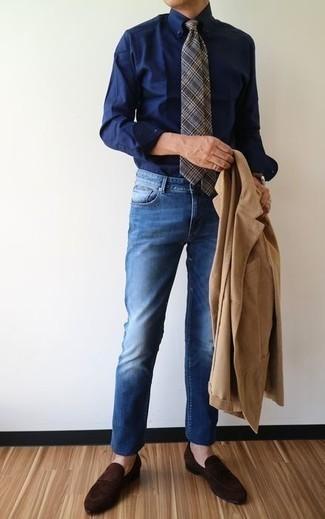 Comment porter une montre en cuir marron foncé: Pour une tenue aussi confortable que ton canapé, marie un blazer en velours côtelé marron clair avec une montre en cuir marron foncé. Jouez la carte classique pour les chaussures et choisis une paire de des slippers en daim marron foncé.