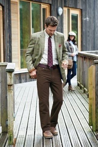 Comment porter une cravate imprimée pourpre foncé: Choisis un blazer à carreaux olive et une cravate imprimée pourpre foncé pour dégager classe et sophistication. Tu veux y aller doucement avec les chaussures? Complète cet ensemble avec une paire de bottes de loisirs en cuir marron pour la journée.