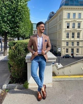 Comment porter une ceinture en cuir marron foncé: Pour une tenue aussi confortable que ton canapé, essaie d'associer un blazer à rayures verticales marron avec une ceinture en cuir marron foncé. Rehausse cet ensemble avec une paire de des slippers en cuir marron.