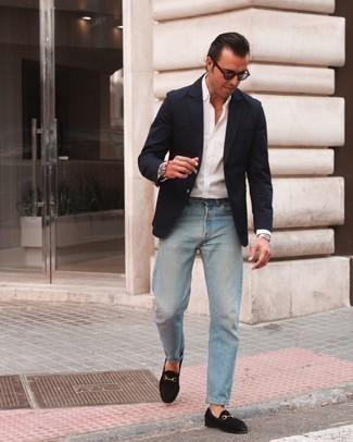 Comment s'habiller après 40 ans: Choisis un blazer bleu marine et un jean bleu clair pour prendre un verre après le travail. Jouez la carte classique pour les chaussures et termine ce look avec une paire de slippers en daim noirs.