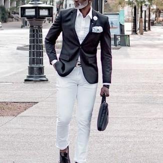 Comment s'habiller après 50 ans: Harmonise un blazer noir avec un jean blanc pour prendre un verre après le travail. Tu veux y aller doucement avec les chaussures? Opte pour une paire de baskets basses en toile gris foncé pour la journée.