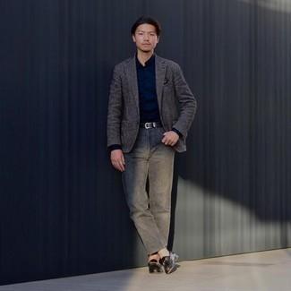 Comment porter un jean gris: Porte un blazer en laine gris foncé et un jean gris si tu recherches un look stylé et soigné. Apportez une touche d'élégance à votre tenue avec une paire de slippers en cuir noirs.