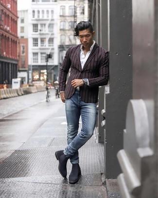 Tendances mode hommes: Choisis un blazer à rayures verticales noir et un jean déchiré bleu pour un déjeuner le dimanche entre amis. Jouez la carte classique pour les chaussures et termine ce look avec une paire de bottines chelsea en daim gris foncé.