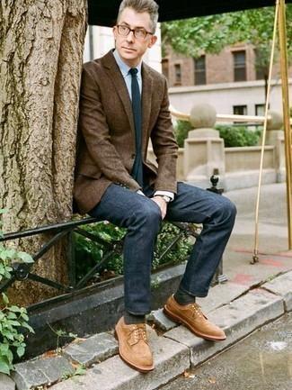 Comment porter un jean bleu marine: Pense à porter un blazer marron et un jean bleu marine pour achever un look habillé mais pas trop. D'une humeur créatrice? Assortis ta tenue avec une paire de chaussures brogues en daim marron clair.