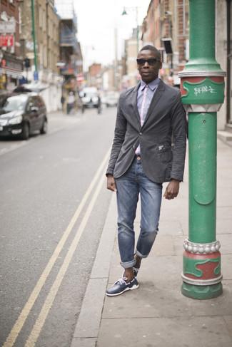 Comment porter: blazer en coton gris foncé, chemise de ville violet clair, jean bleu, chaussures bateau en cuir bleu marine