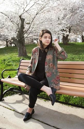 Comment porter: blazer à fleurs olive, chemise de ville noire, jean skinny noir, slippers en cuir noirs