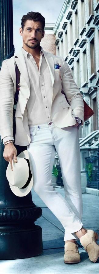 Comment porter: blazer beige, chemise de ville beige, jean skinny bleu clair, double monks en daim beiges