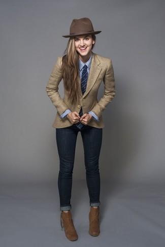 Comment porter une cravate: Harmonise un blazer marron clair avec une cravate pour un look confortable et décontracté. Une paire de des bottines en daim marron est une option astucieux pour complèter cette tenue.