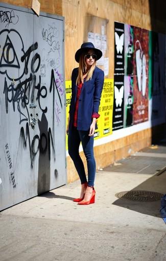 04a28eace7c0 Comment porter des escarpins compensés en cuir rouges (3 tenues ...