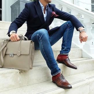 Comment porter: blazer bleu marine, chemise de ville bleu clair, jean skinny bleu, chaussures richelieu en cuir marron