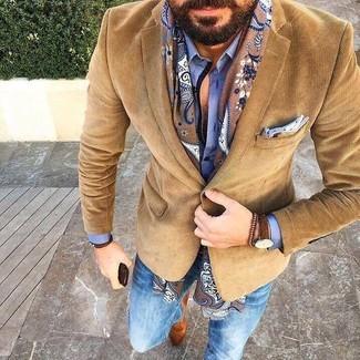 Comment porter: blazer en velours côtelé marron, chemise de ville bleue, jean skinny bleu, slippers en daim marron