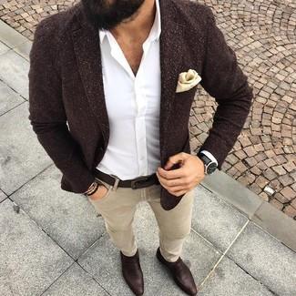 Comment porter: blazer en laine marron foncé, chemise de ville blanche, jean skinny beige, slippers en cuir marron foncé
