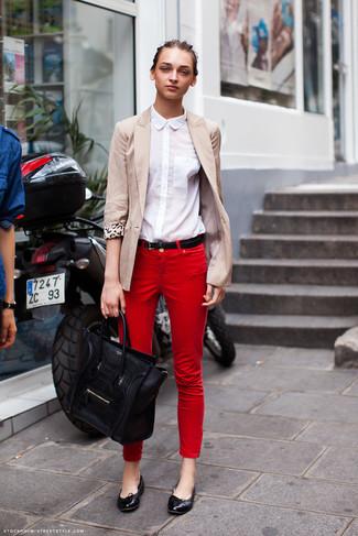 Comment porter: blazer beige, chemise de ville blanche, jean skinny rouge, ballerines en cuir noires