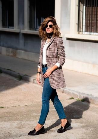 Comment porter: blazer en laine en pied-de-poule rouge, chemise de ville blanche, jean skinny bleu, mocassins à pampilles en cuir marron foncé