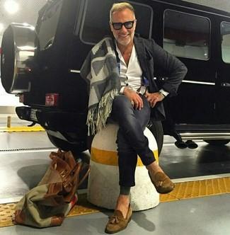 Comment porter: blazer en laine gris foncé, chemise de ville blanche, jean skinny gris foncé, mocassins à pampilles en daim marron
