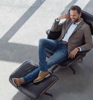 Comment porter: blazer marron, chemise de ville bleu clair, jean skinny bleu, bottines chukka en cuir marron