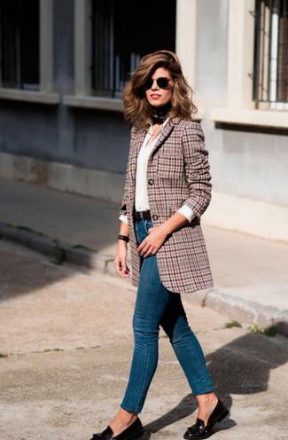 Comment porter: blazer en pied-de-poule rose, chemise de ville blanche, jean skinny bleu, mocassins à pampilles en cuir noirs