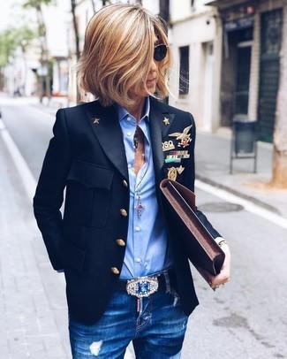 Comment porter: blazer noir, chemise de ville bleu clair, jean skinny déchiré bleu, pochette en cuir marron foncé