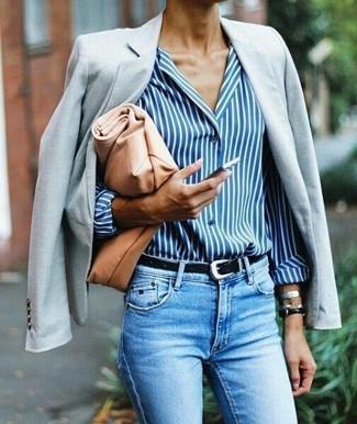 Comment porter une pochette en cuir marron clair: Opte pour un blazer gris avec une pochette en cuir marron clair pour un look confortable et décontracté.