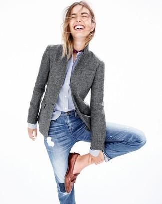 Comment porter: blazer en laine gris, chemise de ville bleu clair, jean skinny déchiré bleu, slippers en cuir marron