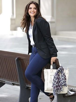 Comment porter: blazer noir, chemise de ville blanche, jean skinny bleu marine, sandales à talons en cuir noires