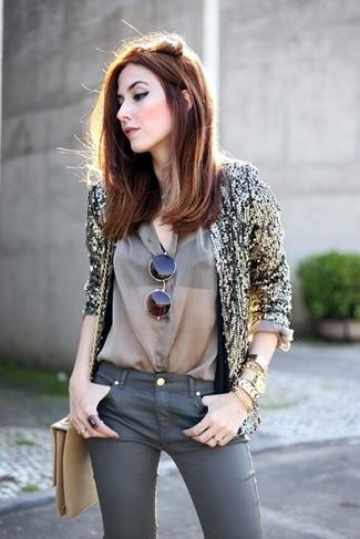 Tendances mode femmes: Essaie de marier un blazer pailleté doré avec un jean skinny gris foncé pour une tenue raffinée mais idéale le week-end.