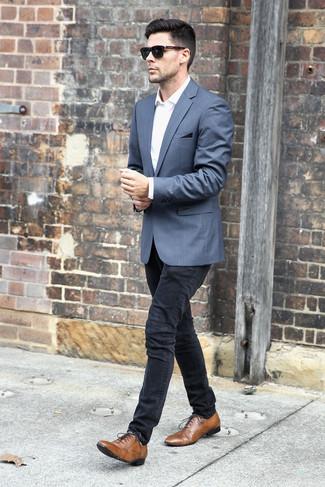 Comment porter: blazer gris, chemise de ville blanche, jean skinny noir, chaussures richelieu en cuir marron