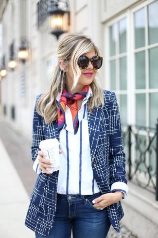 Comment porter: blazer imprimé bleu marine, chemise de ville à rayures verticales blanc et bleu marine, jean skinny bleu marine, écharpe en soie imprimée multicolore