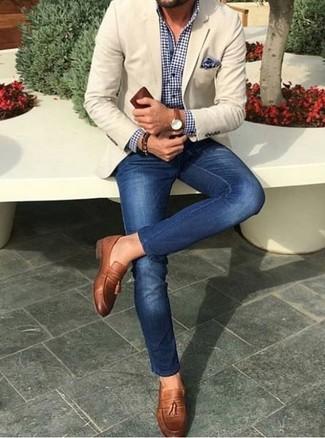 Comment porter: blazer beige, chemise de ville en vichy bleu marine et blanc, jean skinny bleu, mocassins à pampilles en cuir marron