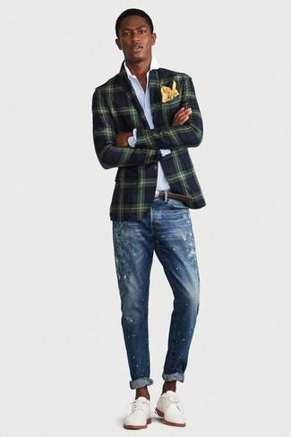 Comment porter: blazer à carreaux vert foncé, chemise de ville bleu clair, jean skinny déchiré bleu, chaussures derby en daim blanches