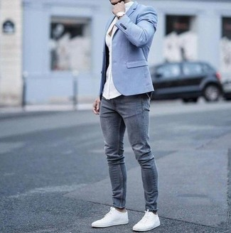 Comment porter: blazer bleu clair, chemise de ville blanche, jean skinny gris, baskets basses en toile blanches
