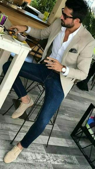 Comment porter: blazer beige, chemise de ville blanche, jean skinny bleu marine, chaussures derby en daim beiges