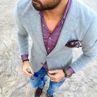 Comment porter: blazer en laine gris, chemise de ville pourpre, jean skinny bleu, mocassins à pampilles en cuir marron foncé